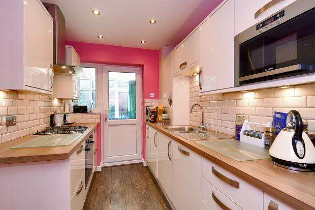 3 Bedrooms Semi Detached House for sale in Dawes Close, Greenhithe, DA9