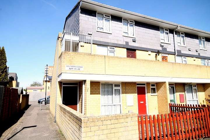 2 Bedrooms Flat for sale in Southern Avenue, Feltham, TW14