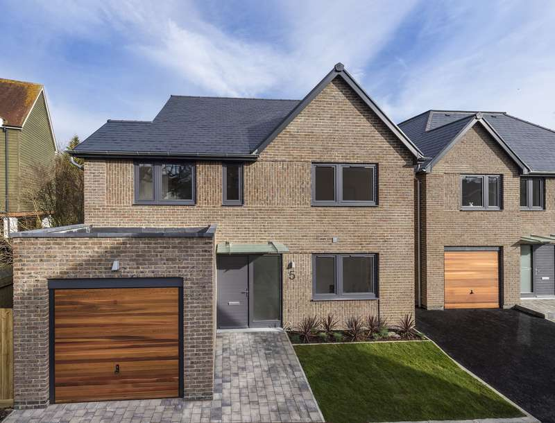 4 Bedrooms Detached House for sale in Deacon Place, Southwater, West Sussex, RH13