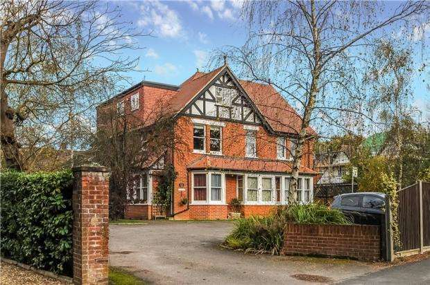 2 Bedrooms Flat for sale in Dukes Ride, Crowthorne, RG45