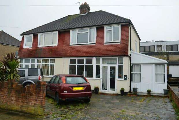 3 Bedrooms Semi Detached House for sale in Fircroft Road, Chessington