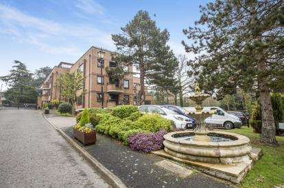 2 Bedrooms Flat for sale in Epping New Road, Buckhurst Hill, Essex