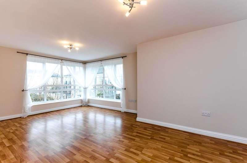 2 Bedrooms Flat for sale in Howard Court, Knaphill, GU21