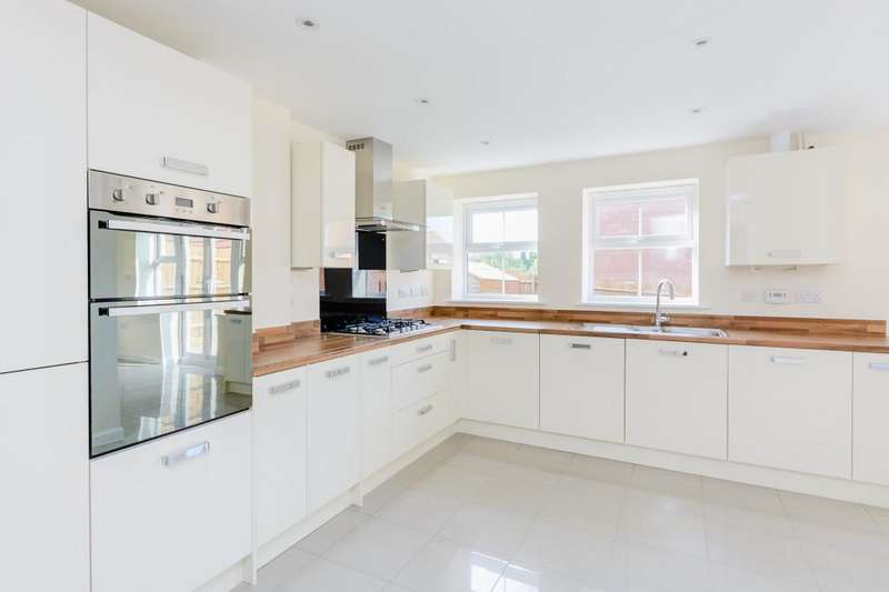 4 Bedrooms Terraced House for rent in Sistova Road, London