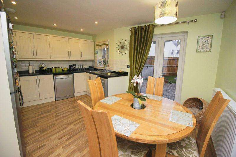 3 Bedrooms Town House for sale in High Street, Halling, Rochester