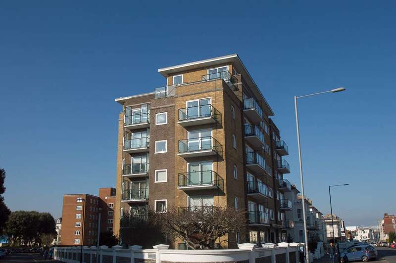 3 Bedrooms Flat for sale in Chiswick Place, Eastbourne