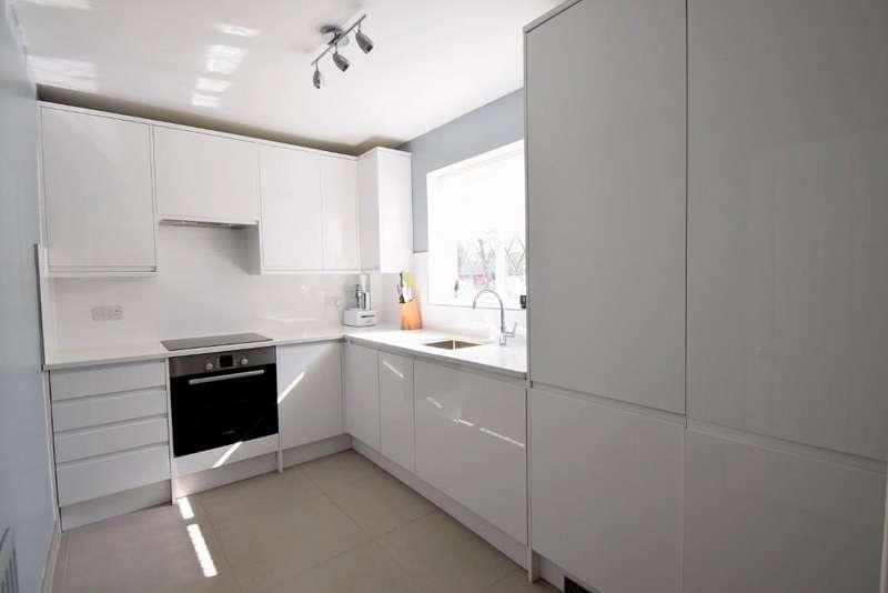 1 Bedroom Flat for sale in Newton Court, Old Windsor, SL4