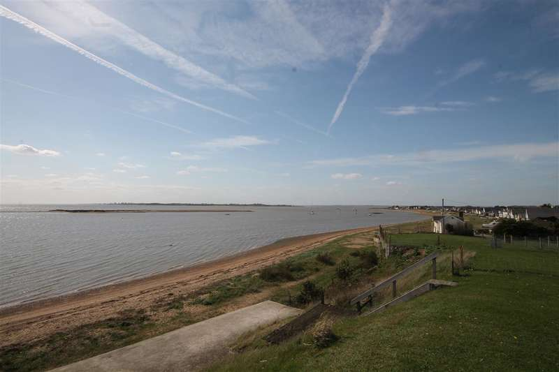 4 Bedrooms Bungalow for sale in Point Clear Road, St Osyth