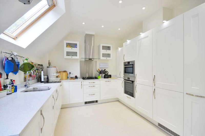 2 Bedrooms Flat for sale in Durrants House, Gloucester Court, Croxley Green, Hertfordshire, WD3