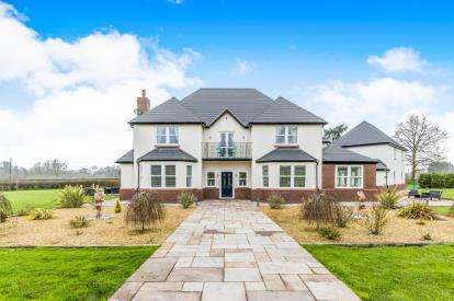 5 Bedrooms Detached House for sale in Willowbridge, Market Drayton, Shropshire