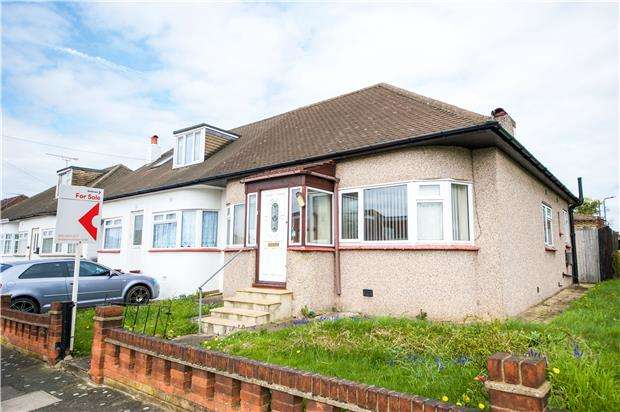 2 Bedrooms Semi Detached Bungalow for sale in Hillway, KINGSBURY, NW9 7LT