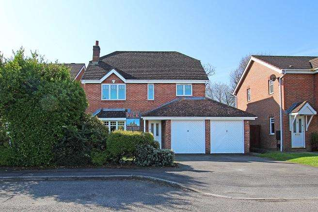 4 Bedrooms Detached House for sale in Peacock Close, Chichester PO19