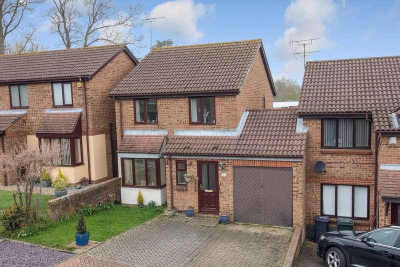 3 Bedrooms Semi Detached House for sale in North Brooke, Ashford TN24