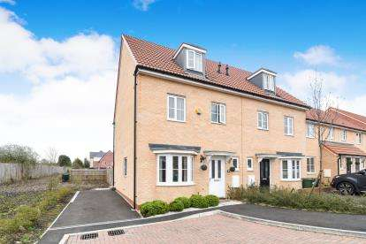 4 Bedrooms Semi Detached House for sale in Sentinel Close, Worcester, Worcestershire