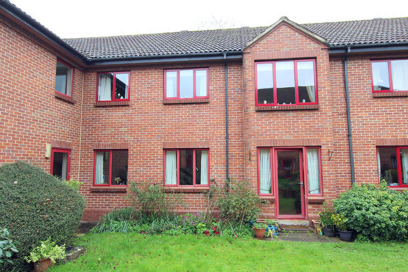 2 Bedrooms Ground Flat for sale in Crown House, Market Place