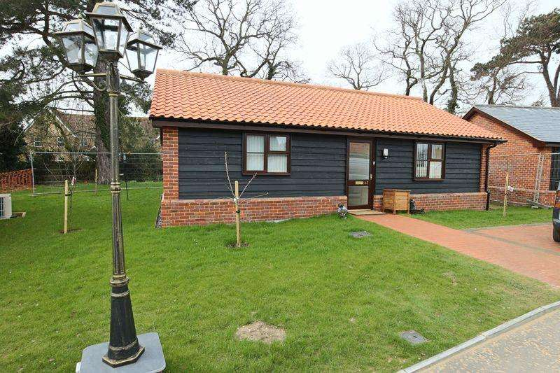 2 Bedrooms Bungalow for sale in Chapel Road, Lowestoft