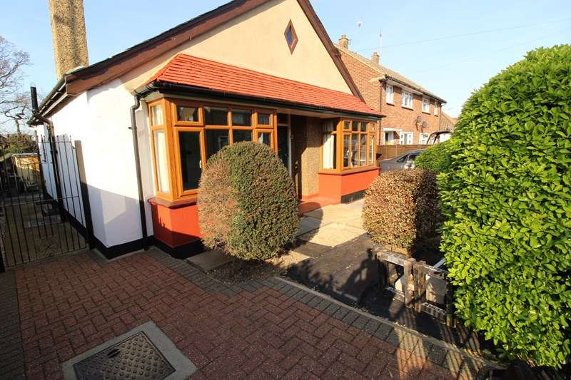 2 Bedrooms Detached Bungalow for sale in Flemming Crescent, Leigh-On-Sea