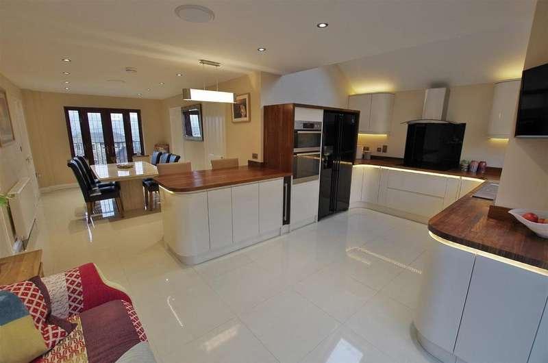 4 Bedrooms Detached House for sale in Ravenstone Drive, Greetland