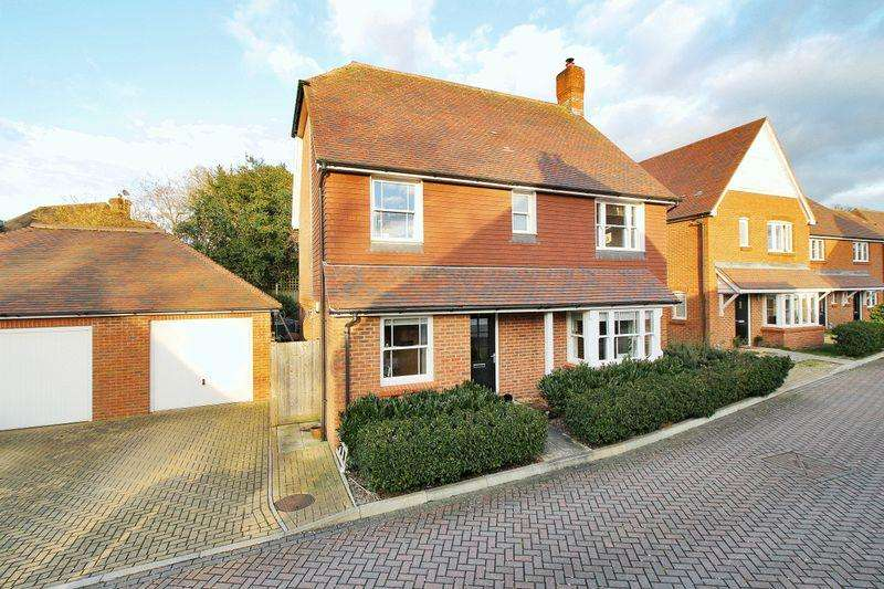 4 Bedrooms Detached House for sale in Juziers Drive, East Hoathly,
