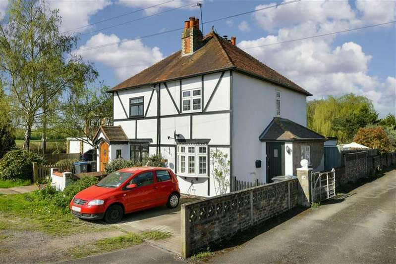 2 Bedrooms Semi Detached House for sale in Leatherhead Road, Chessington, Surrey