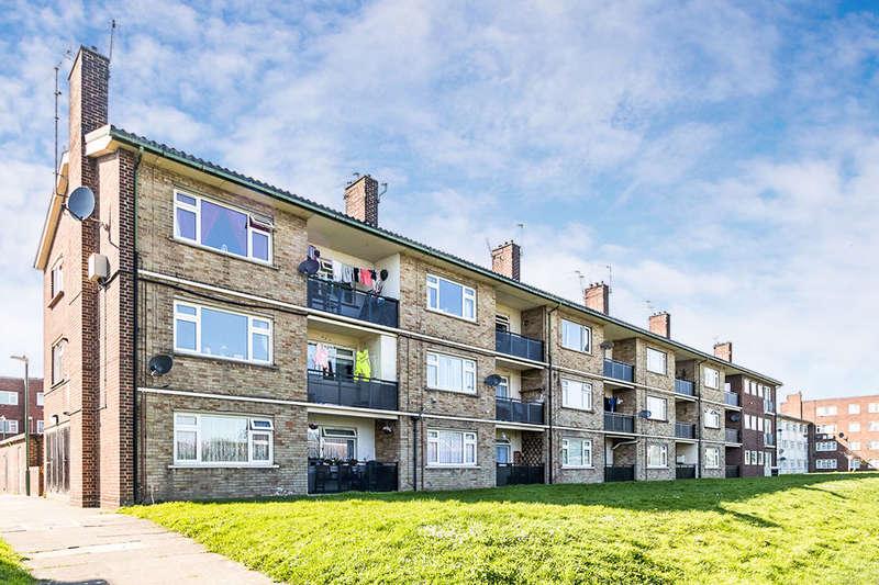 2 Bedrooms Flat for sale in Hilltop Gardens, Dartford, DA1