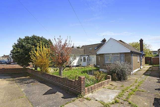 2 Bedrooms Bungalow for sale in Elmstead Close, Corringham, Stanford-le-hope, Essex, SS17 9EL