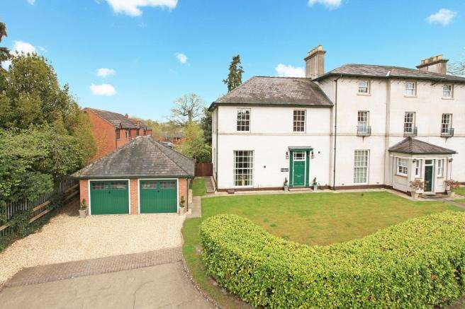 3 Bedrooms Town House for sale in 8 Donnerville Drive, Admaston, Telford, Shropshire, TF5 0DF