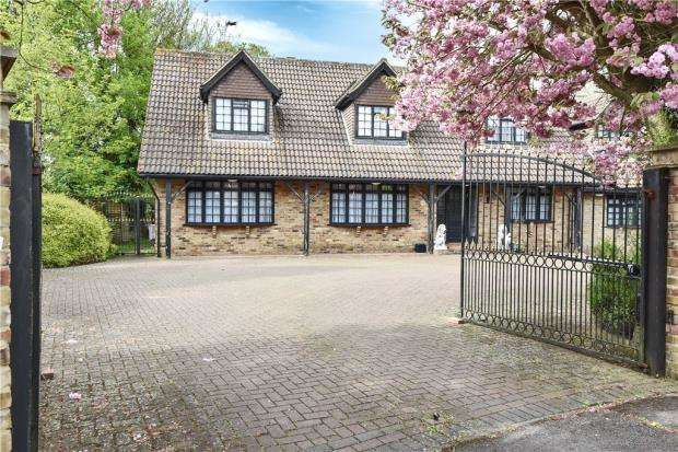 5 Bedrooms Detached House for sale in Brookside Avenue, Wraysbury, Staines-upon-Thames