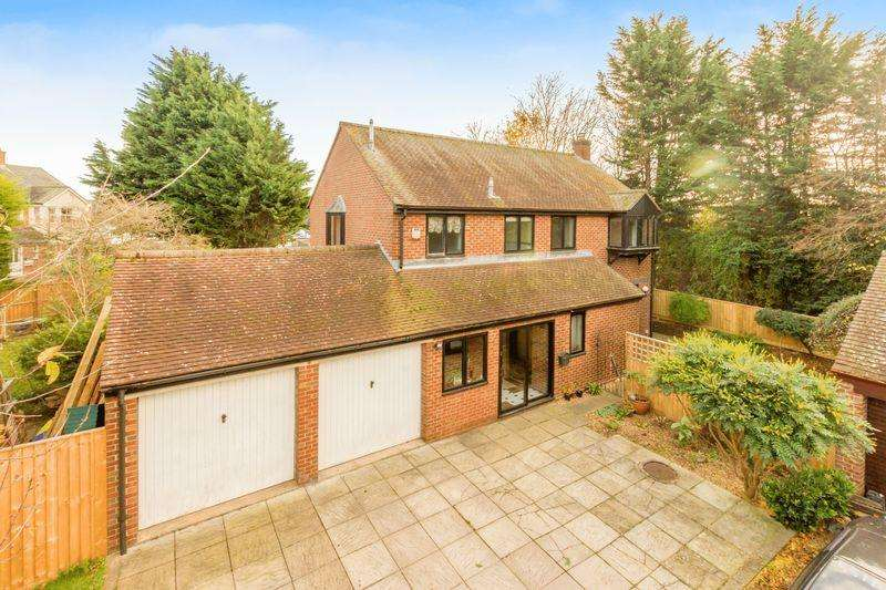 4 Bedrooms Detached House for sale in Priory Court, Bicester