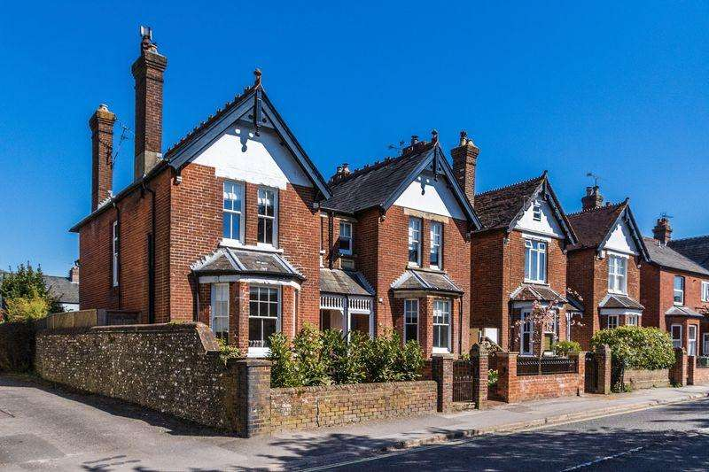 4 Bedrooms Semi Detached House for sale in Station Road, Petersfield
