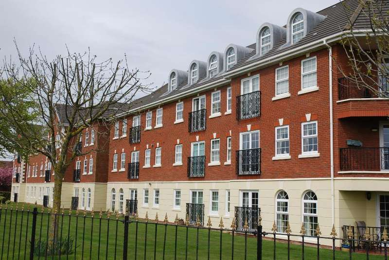 2 Bedrooms Apartment Flat for sale in Sunningdale Court, Lytham, Lytham St Annes, Lancashire, FY8 3UP