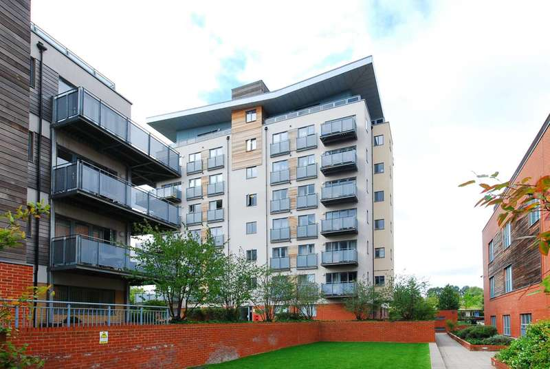 2 Bedrooms Flat for sale in Agate Close, Hanger Hill, NW10