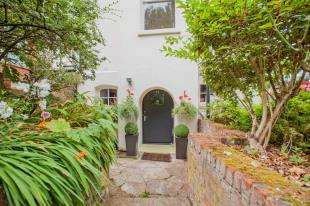 2 Bedrooms Flat for sale in Chantry Hall, Dane John, Cantebury, All
