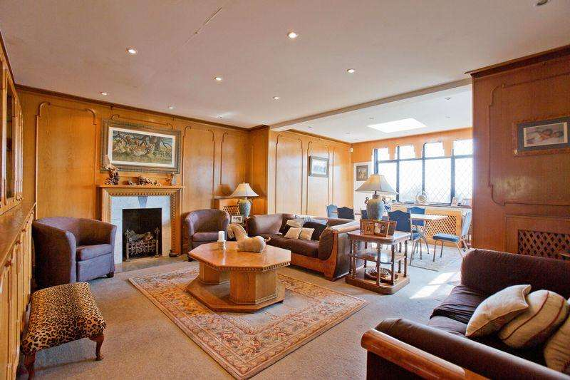 4 Bedrooms Detached House for sale in Wise Lane, London NW7