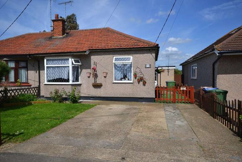 4 Bedrooms Semi Detached Bungalow for sale in Lampits Hill Avenue, Corringham, SS17