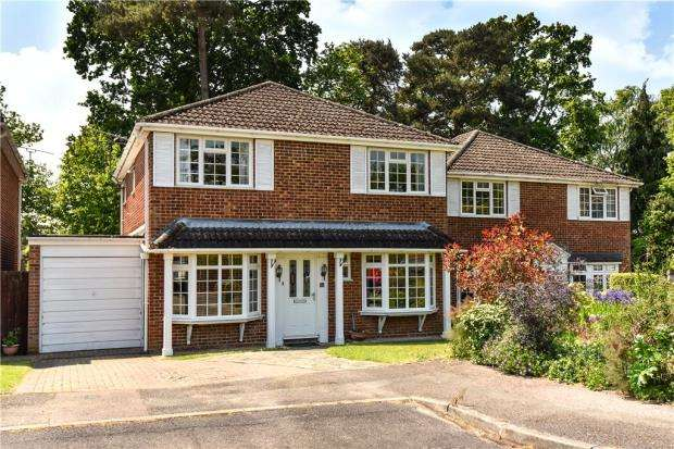 4 Bedrooms Detached House for sale in Kingfisher Close, Church Crookham, Fleet