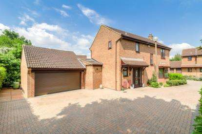4 Bedrooms Detached House for sale in Rosebay Close, Walnut Tree, Milton Keynes