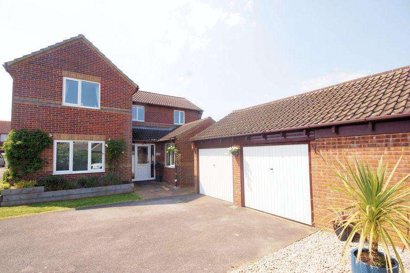 4 Bedrooms Detached House for sale in Goldfinch Lane, Lee-On-The-Solent, PO13