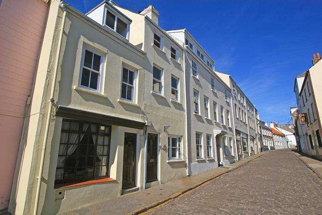 3 Bedrooms Town House for sale in High Street GY9