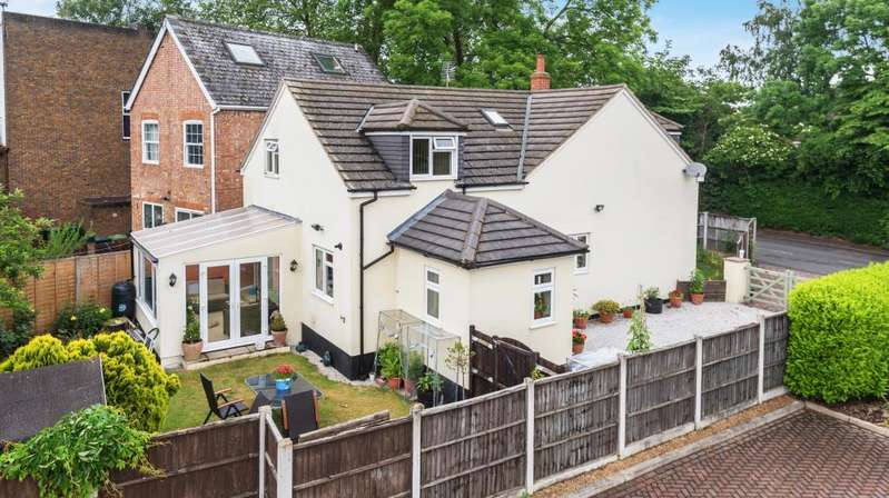 4 Bedrooms Detached House for sale in Halliford Road, Shepperton, TW17