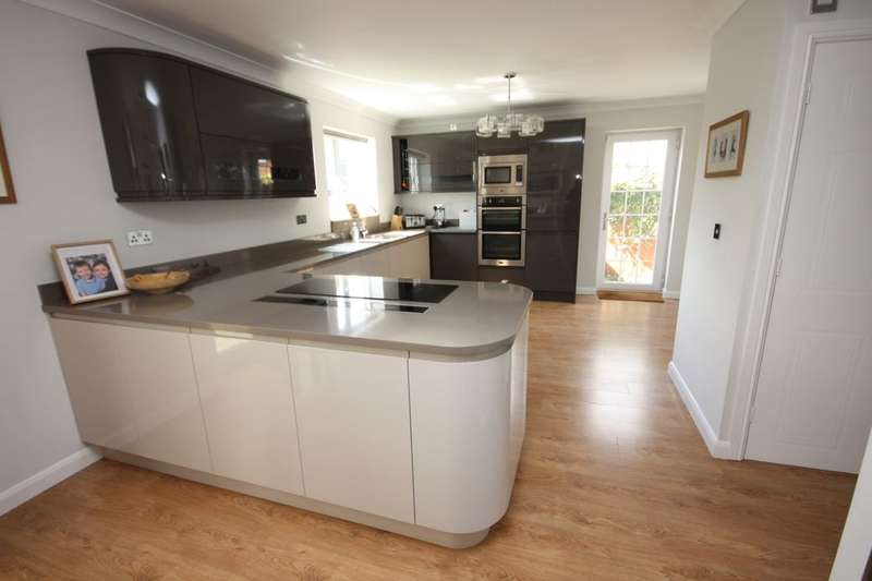 4 Bedrooms Detached House for sale in Rosthwaite Drive, Skelton-In-Cleveland, Saltburn-By-The-Sea, TS12