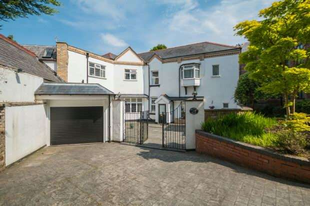 4 Bedrooms Detached House for sale in Booth Road, Altrincham
