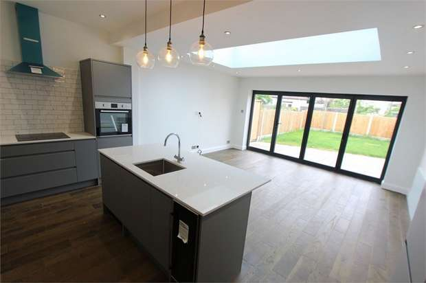 4 Bedrooms Semi Detached House for sale in 15 Priory Avenue, SOUTHEND-ON-SEA, Essex