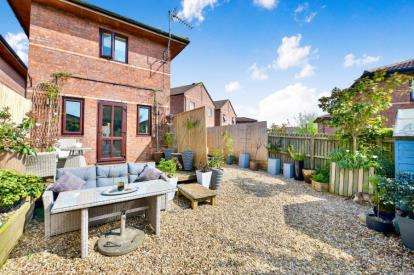 2 Bedrooms Detached House for sale in Armstrong Close, Crownhill, Milton Keynes