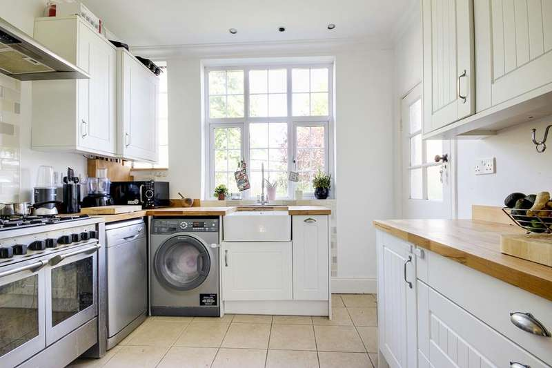 2 Bedrooms Flat for sale in Clarence Court, Bounds Green, London, N22
