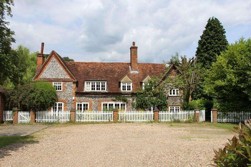4 Bedrooms Detached House for sale in Barn Court, High Wycombe