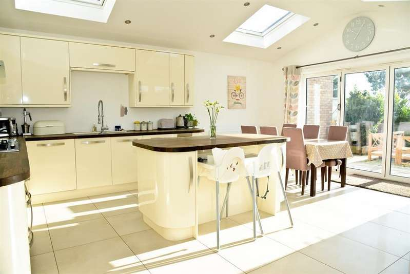 4 Bedrooms Semi Detached House for sale in Larksleaze Road, Longwell Green, Bristol, BS30 9BH