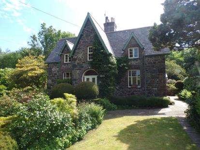 3 Bedrooms Semi Detached House for sale in Penrallt Villa, Groeslon, Caernarfon, LL54