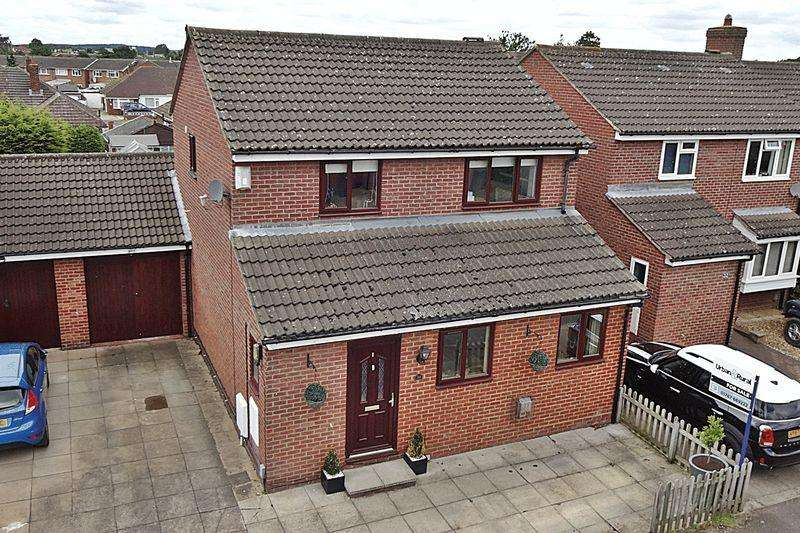 4 Bedrooms Detached House for sale in Mountbatten Drive, Biggleswade