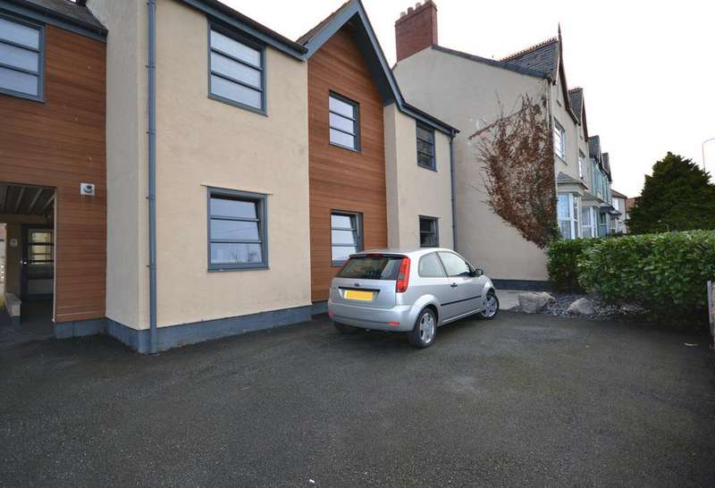 2 Bedrooms Ground Flat for sale in Dolhyfryd Court, Rhuddlan Road, Abergele, Conwy, LL22
